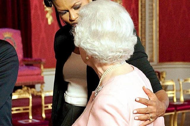 Peinliche Protokoll-Panne: Michelle Obama umarmt Queen