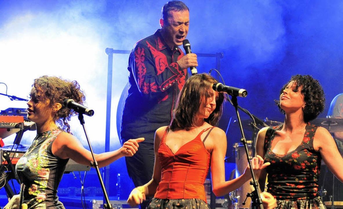 Hubert von Goisern mit Maria Moling, Elisabeth  und  Marlene Schuen (von links)   | Foto: André Roos
