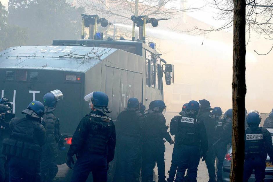 Am Camp der Gipfel-Gegner ist die Situation eskaliert. Es kam zu Straßenschlachten zwischen Polizei und Autonomen. (Foto: dpa)