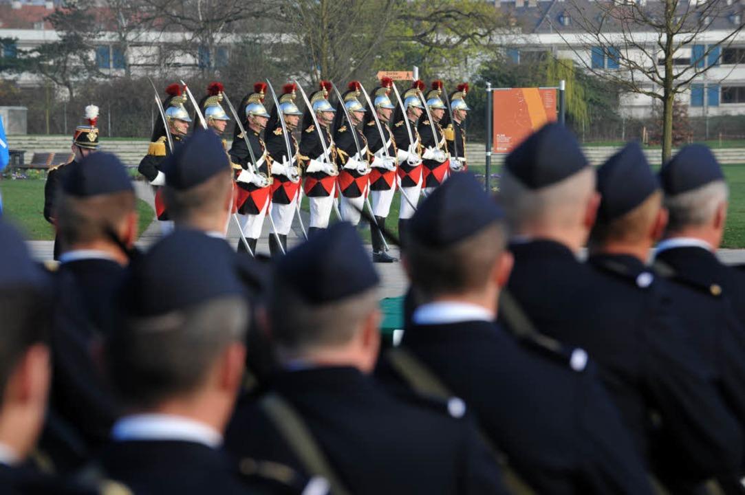 Französische Soldaten stehen stramm: D...erden in Straßburg festlich empfangen.  | Foto: AFP