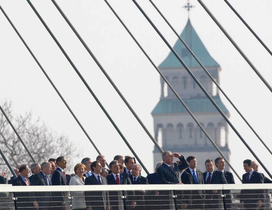 Die Staats- und Regierungschefs der Nato-Mitgliedsstaaten überqueren den Rhein.  | Foto: ddp