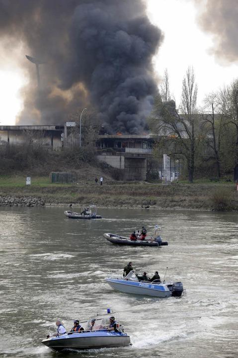 Das ehemalige Zollgebäude geht in Flammen auf.  | Foto: AFP