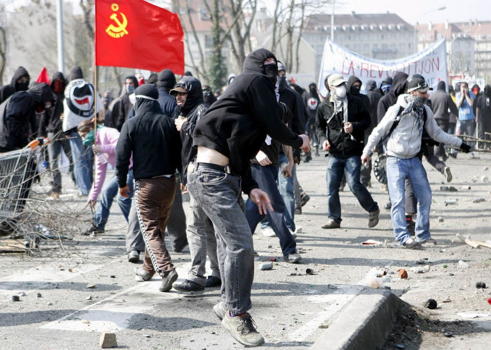 Randalierer in Straßburg: Am Nachmittag ist die Situation eskaliert.  | Foto: dpa