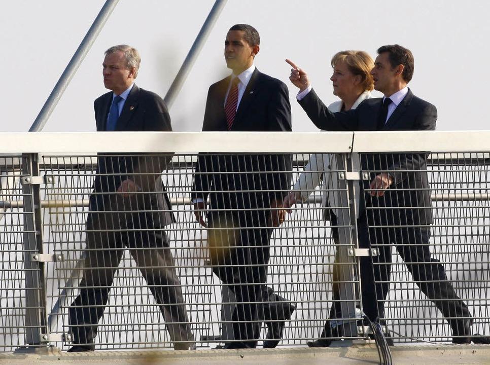 Die Politikprominenz auf dem Weg über ...gerbrücke zwischen Kehl und Straßburg.  | Foto: ddp