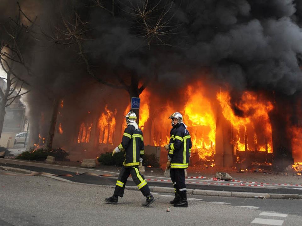 In Straßburg eskaliert die Gewalt. Auc...e von Krawallmachern in Brand gesetzt.  | Foto: dpa