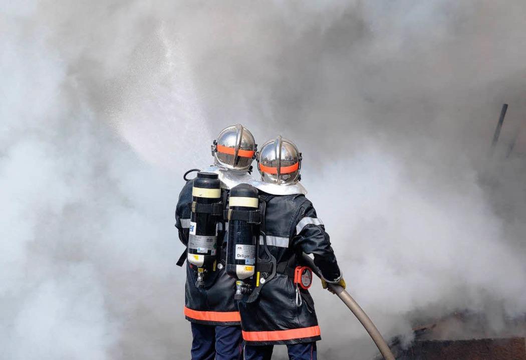 Feuerwehrmänner bei Löscharbeiten in Straßburg.    Foto: dpa
