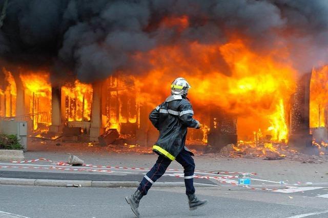 Nato-Gipfel: Feuerwehr löschte unter Polizeischutz