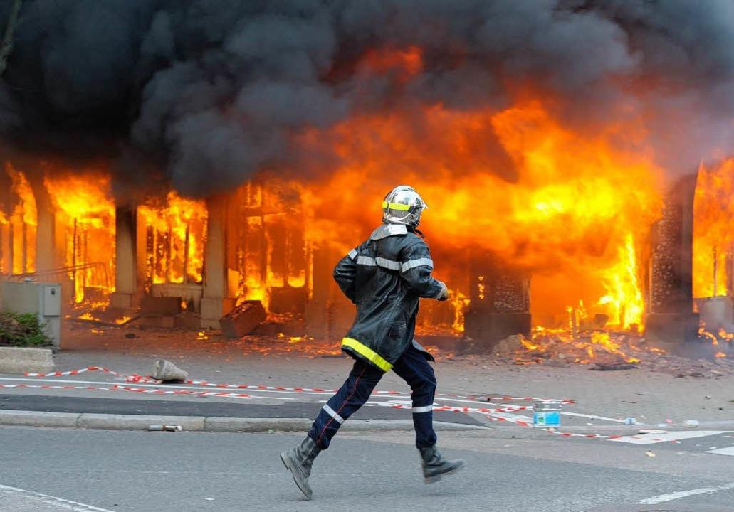 Das Ibis-Hotel brennt nieder.  | Foto: dpa