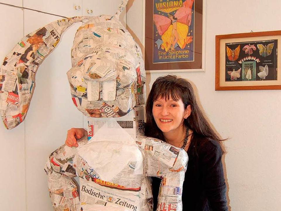 Vicki Lewis-Thumm und ihr Riesen-Osterhase, hier noch ohne...  | Foto: Claudia Renk