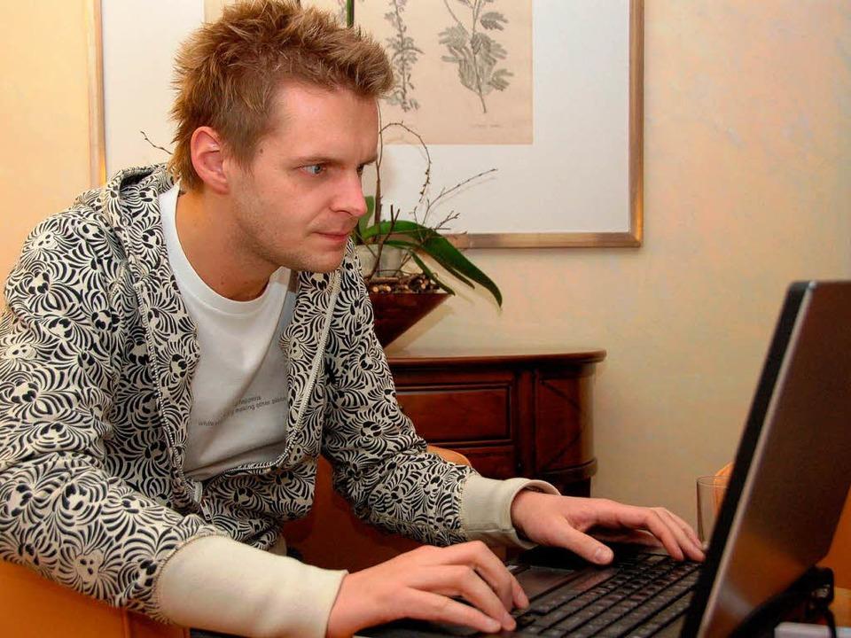 Volle Konzentration: Kabarettist Florian Schroeder auf Entdeckungstour im Netz  | Foto: Nicolas Scherger