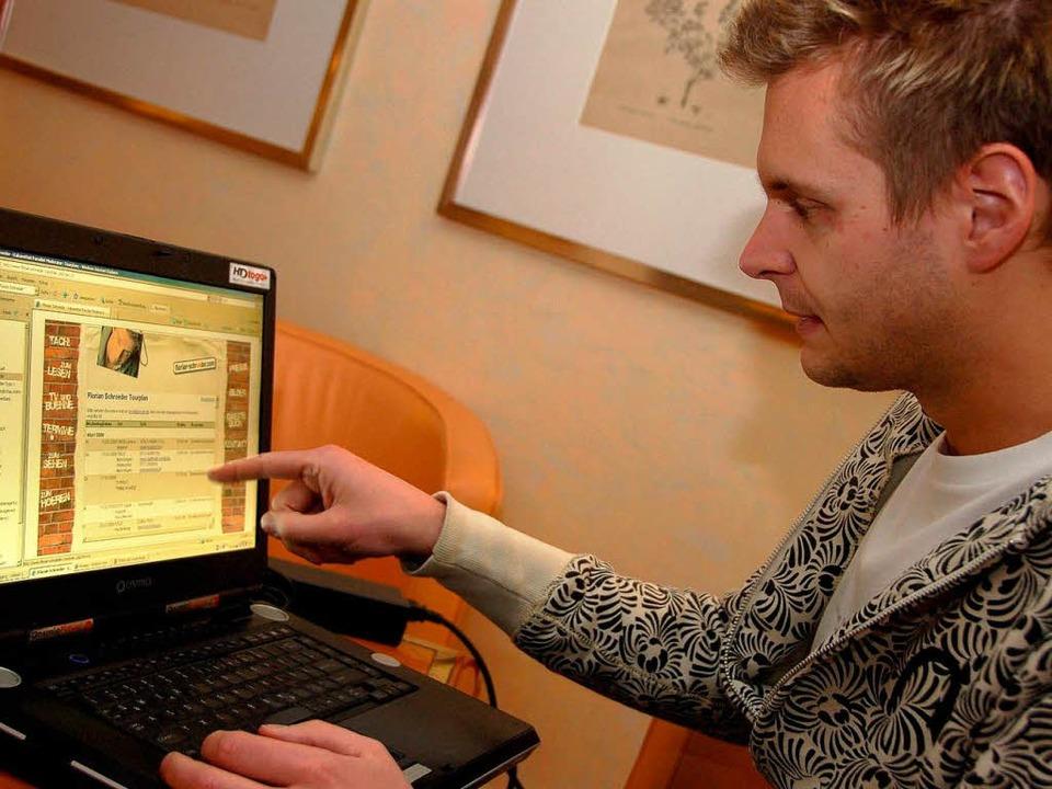Florian Schroeder zeigt seine Internetseite.  | Foto: Nicolas Scherger