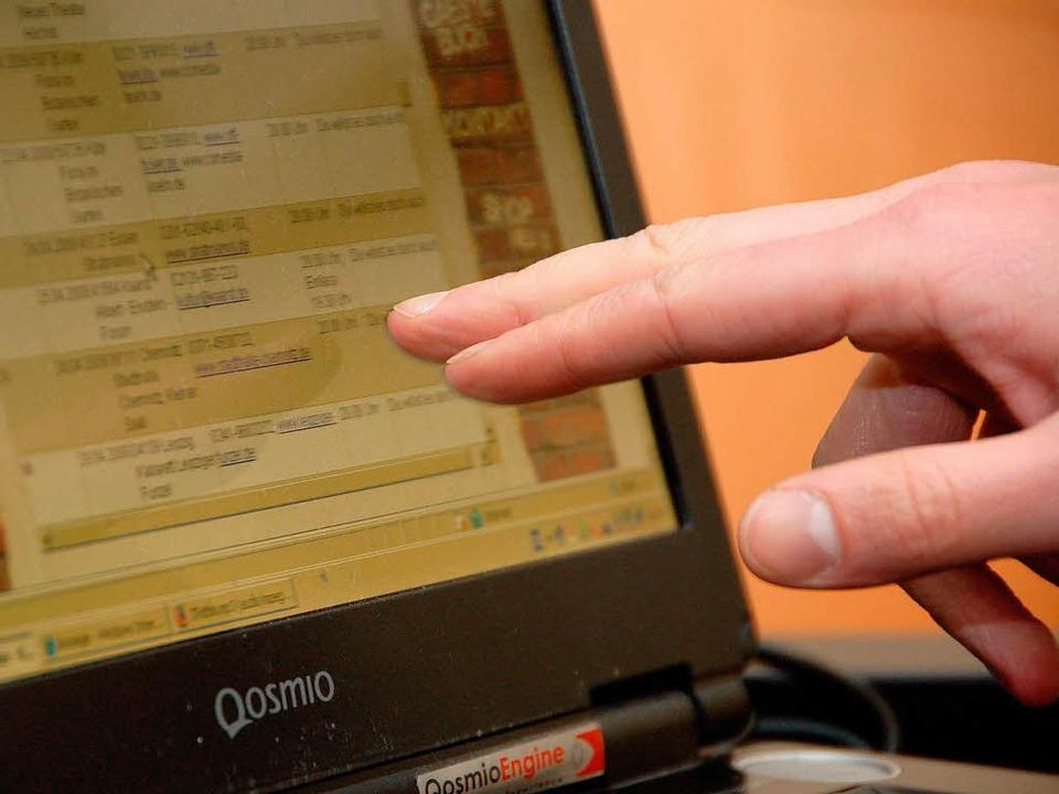 Der Kabarettist fährt gerne mit dem Finger über den Bildschirm.  | Foto: Nicolas Scherger