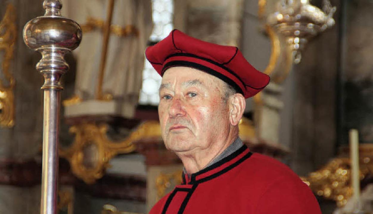 Würdevoll: Walter Rieber im festlich-roten Gewand eines Kirchenschweizers  | Foto: ERIKA SIEBERTS
