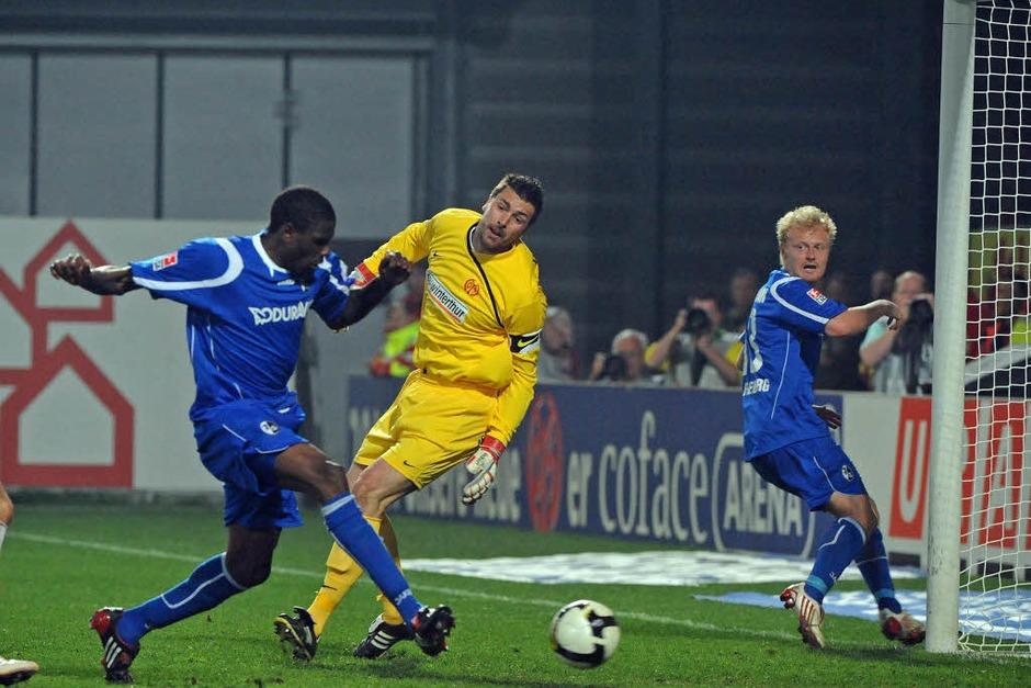 Der Ausgleich für den SC: Idrissou schiebt einen Abpraller ein. (Foto: Michael Heuberger)