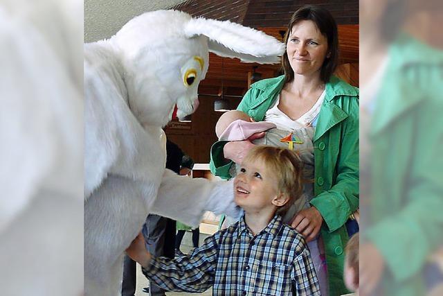 Kinder finden den Osterhasen im Kurhaus