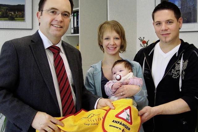 Gemeinde hüllt Seelbacher Babys in Badetücher