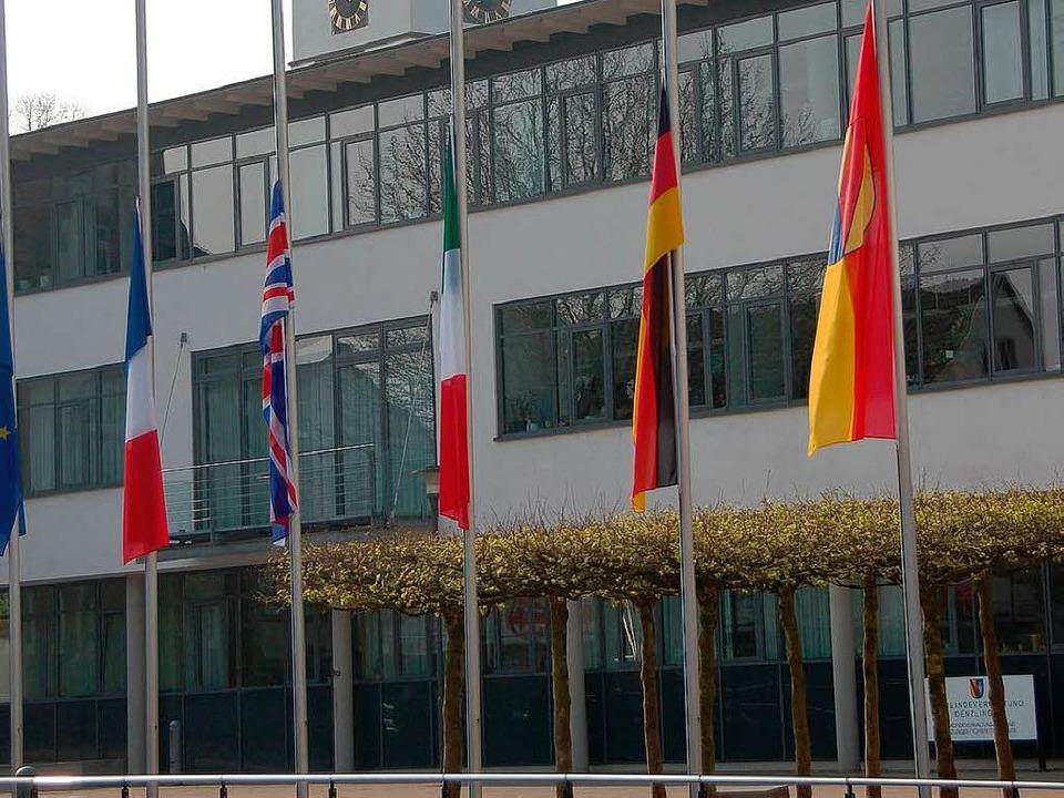 Denzlingen trauert: Die Flaggen am Rathaus  der Gemeinde wehen auf Halbmast.    | Foto: Frank Kiefer