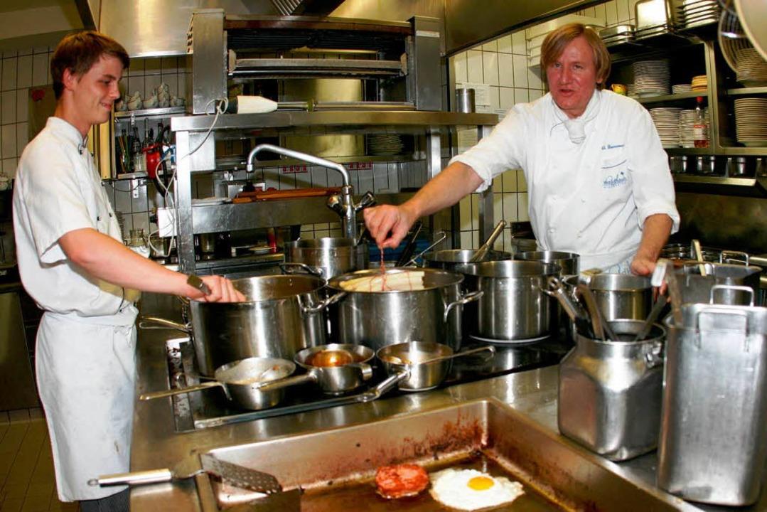 Gastronomen und Köche arbeiten am ober...thof Waldhaus mit Koch Florian Menzel.  | Foto: Wilfried Dieckmann