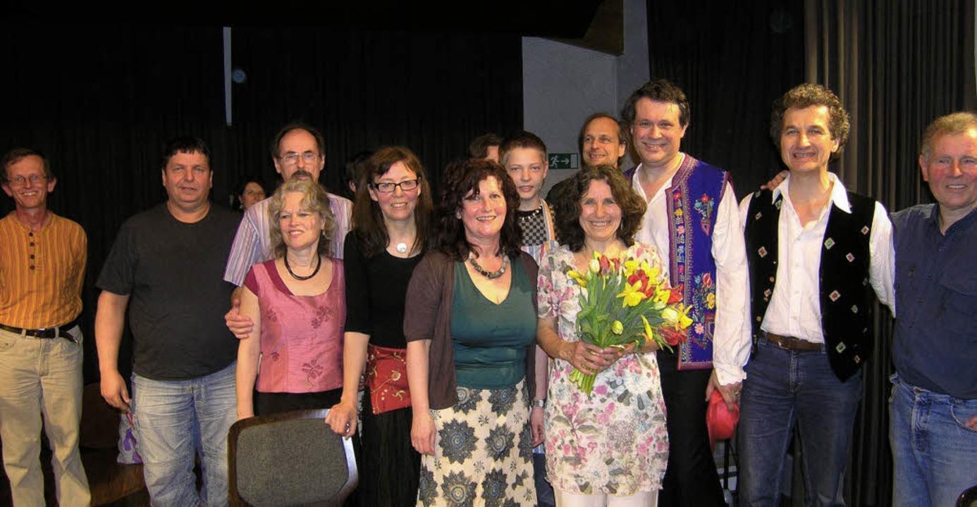 Bärbel Bauer ( Bildmitte mit Blumenstr...nd das Organisationsteam des Bal Folk   | Foto: Privat