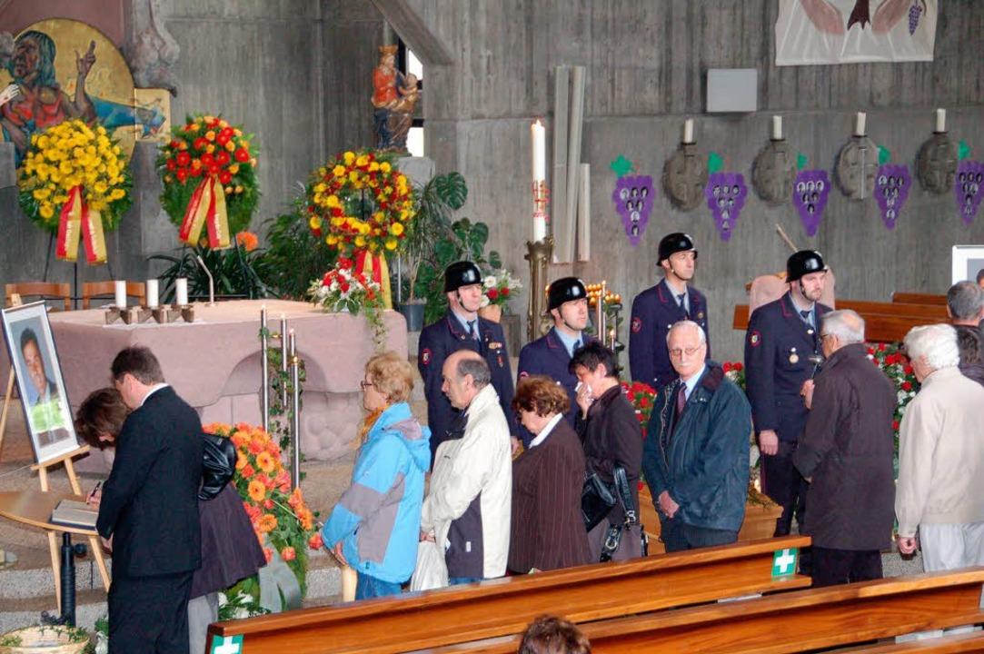 Während der Ehrenwache der Feuerwehr k...ch Bürger in Kondolenzbücher eintragen    Foto: Frank Kiefer