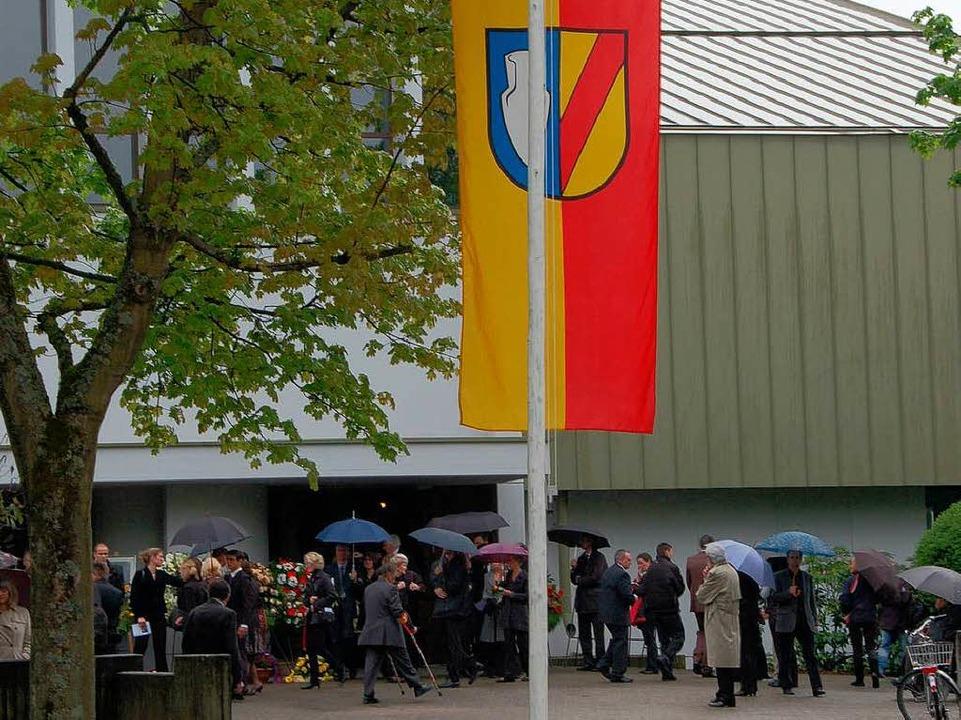 Die Gemeindefahne vor der Kirche auf Halbmast    Foto: Frank Kiefer