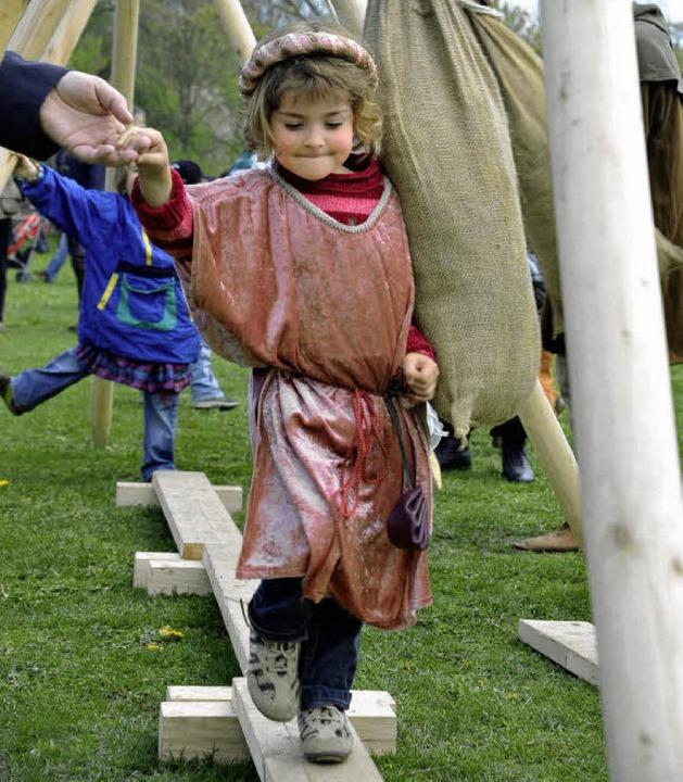 Die dreijährige Gwen-Lara absolviert den Helden-Parcours.  | Foto: Thomas Kunz