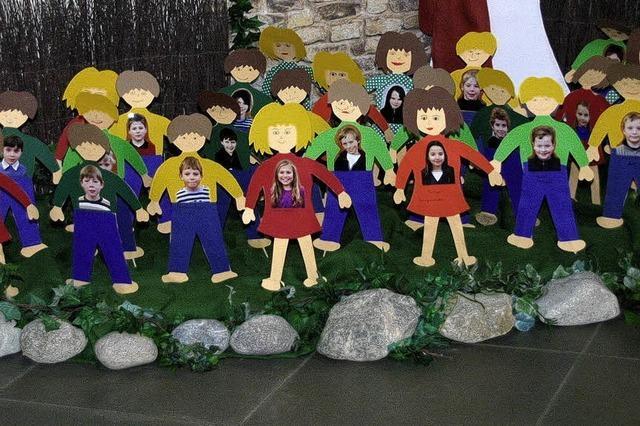 24 Kommunionskinder gehen an den Tisch des Herrn