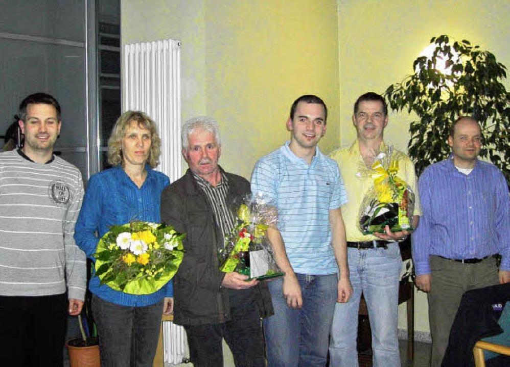 Führungstrio des TTC und Geehrte: (v.l...d Pfaff und Schatzmeister Frank Dufner  | Foto: Nikolaus Bayer
