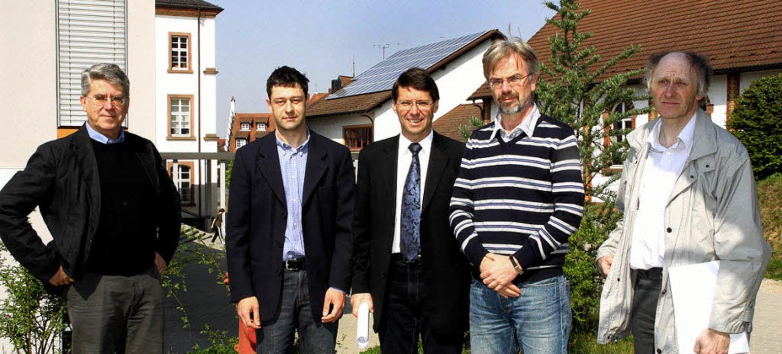 Stehen in der Sonne (von links): Schul... Ulrich Gäckle (beide Stadt Ettenheim)  | Foto: Ulrike Hiller