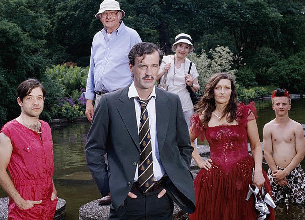 Sparsam in seinen Gesten: Jacques Palm...it Mitmusikern (in Rot) und Statisten     Foto: pr
