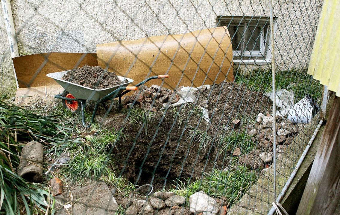Dort sollte die Leiche verschwinden: d... Quadratmeter große Grube im Hinterhof  | Foto: DPA
