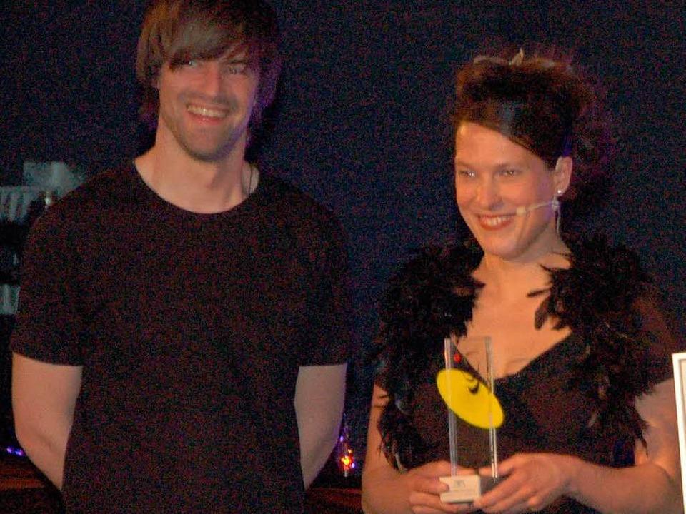 Förderpreisträgerin Stefanie Kerker (m...f Schuon) erzählt singend Geschichten.  | Foto: Sebastian Barthmes