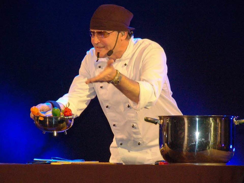 Kleinkunstpreisträger Ernst Mantel set...rogramm mit Kochsendungen auseinander.  | Foto: Sebastian Barthmes