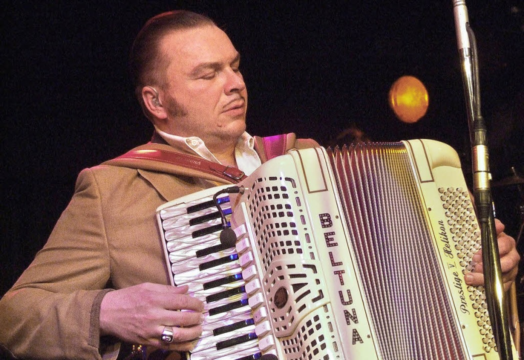 Stefan Hiss, singender Bandleader mit  Akkordeon   | Foto: David-Wenk