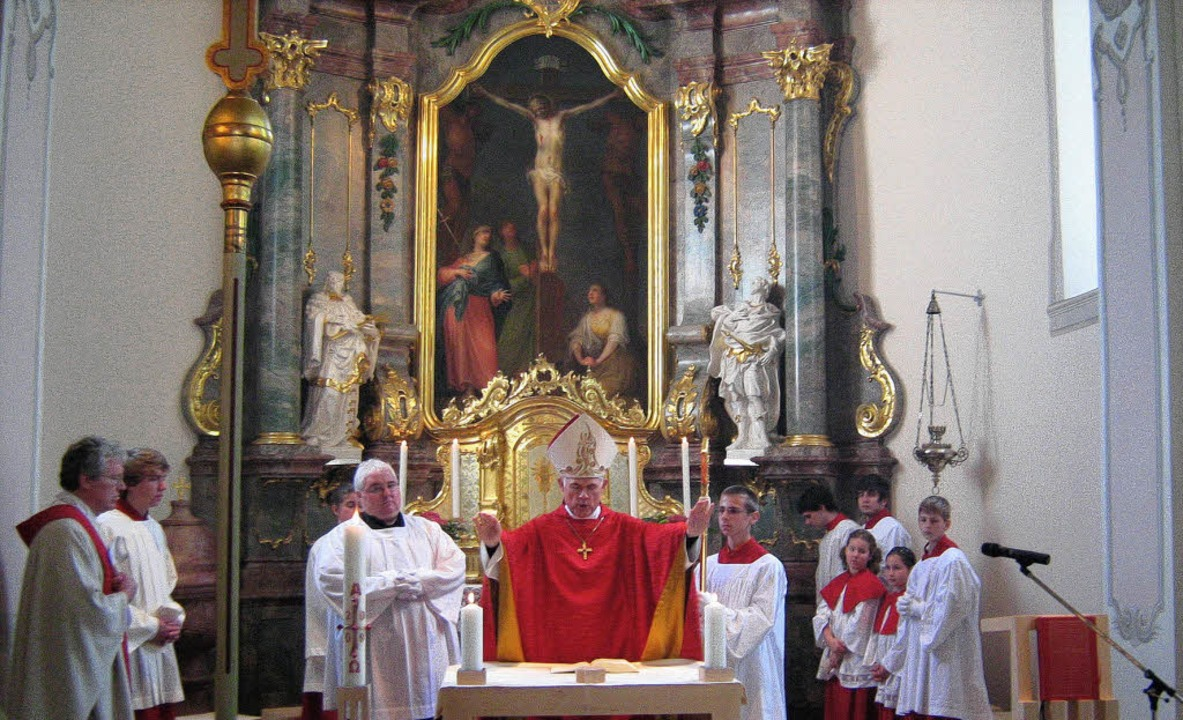 Weihbischof Bernd Uhl bei der feierlic...in der Offnadinger Kirche Heilig Kreuz  | Foto: Anne Freyer
