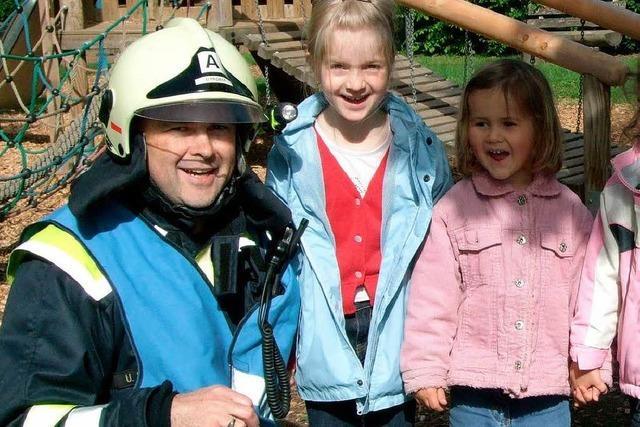 Kinder erlebten Brandübung mit der Feuerwehr