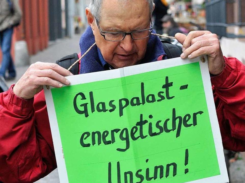 Gegner des geplanten Gebäudekomplexes ...strierten am Dienstag vor dem Rathaus.    Foto: Ingo Schneider