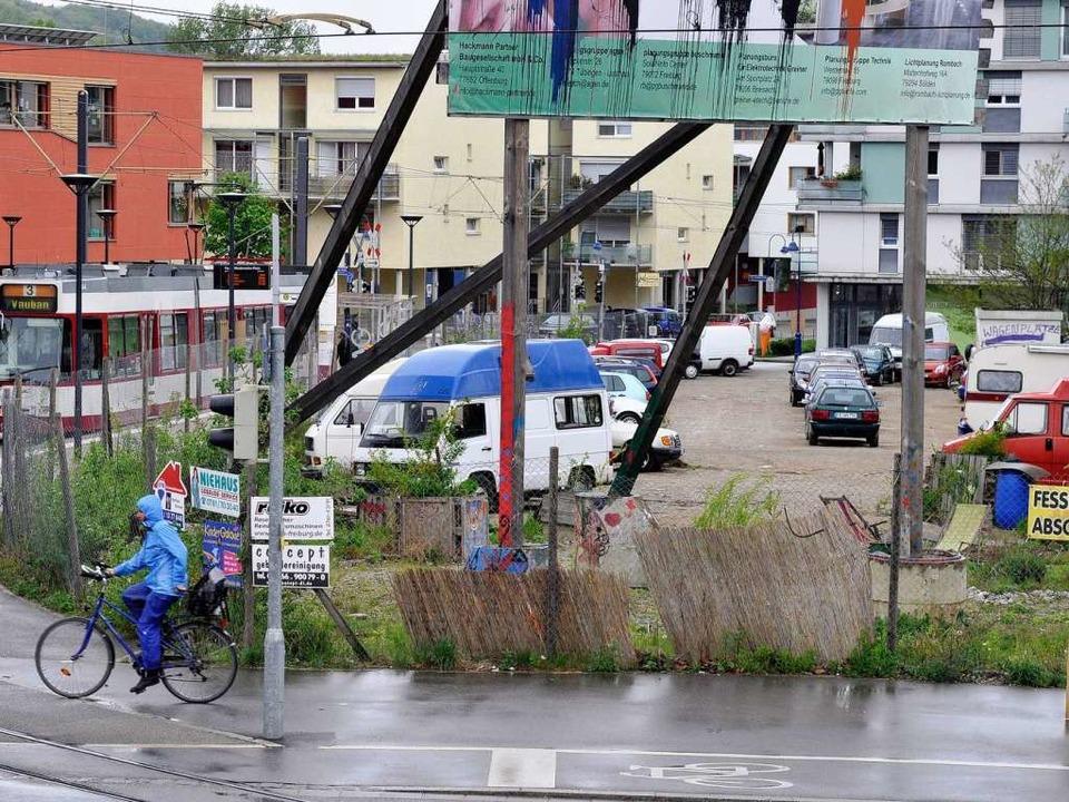 """Auf diesem wilden Parkplatz soll das &...iness Center"""" realisiert werden.    Foto: Ingo Schneider"""