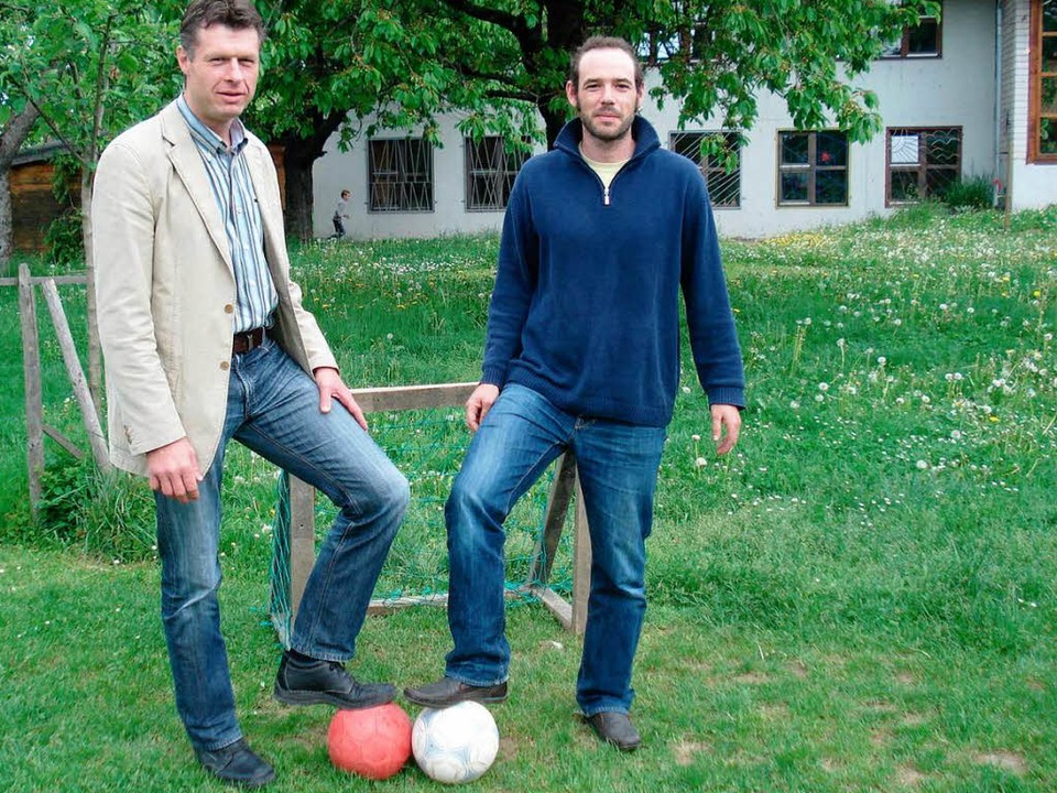 Joachim Sproß (links) und Jan Funke vo...hen hinter dem Projekt Bolzplatzliga.   | Foto: Sabine Ehrentreich