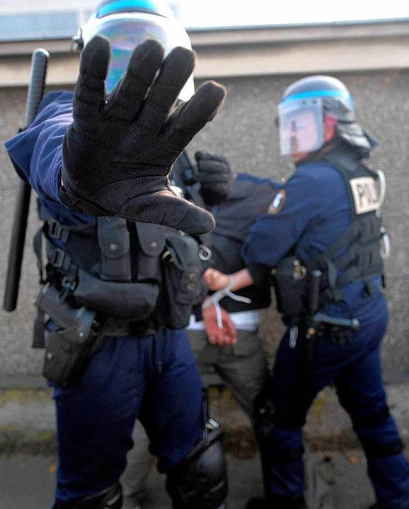 Polizisten bei einer Festnahme am Rande des Nato-Gipfels.  | Foto: ddp