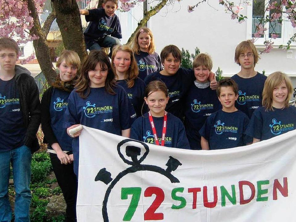 Die Ministranten aus Steinen-Höllstein präsentieren sich in T-Shirts zur Aktion.  | Foto: privat