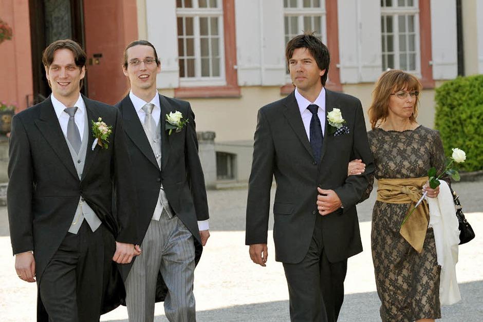 Der Bräutigam Björn Graf Bernadotte ( l-r), sein Bruder Christian und die Trauzeugen Martin Thoma und Anne Callwik (Foto: dpa)