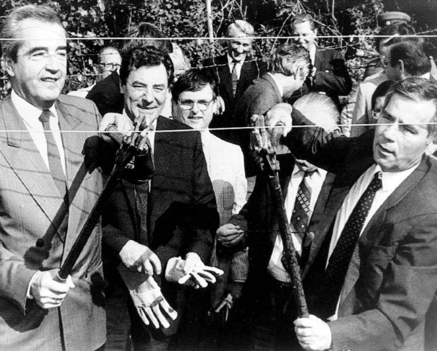 Der Zaun muss weg: die Außenminister Ö...d Ungarns 1989 mit dem Bolzenschneider  | Foto: dpa
