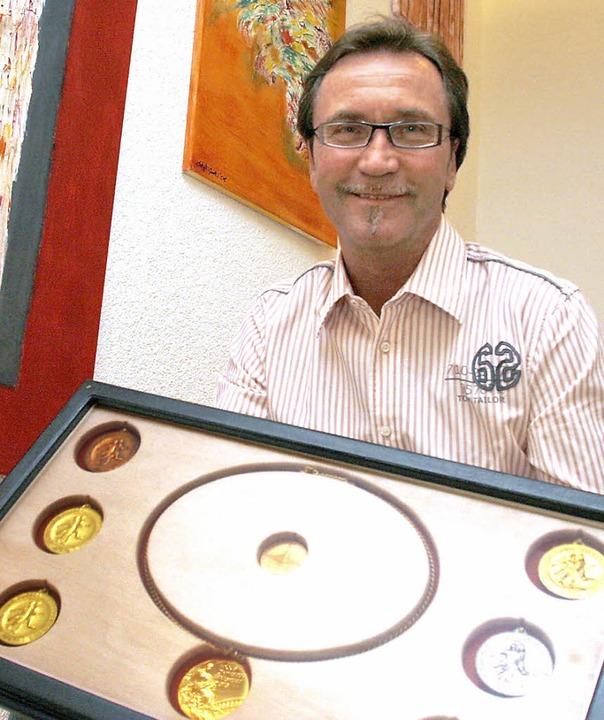 Ex- Olympiateilnehmer Gerd Weber  zeigt seine Medaillen.    Foto: H.Foessel