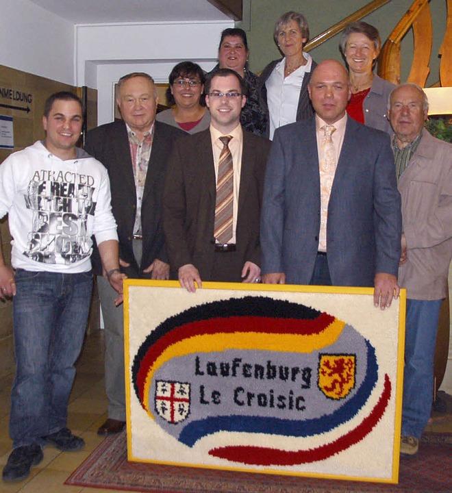 Der neue Vorstand des Deutsch-Französi... und Christian Zimmermann mit Gobelin   | Foto: WINFRIED DIETSCHE