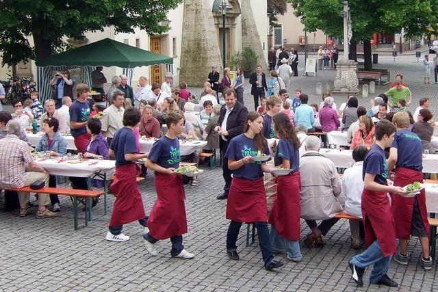 Salat, Spargel und Knuspersahneapfel auf dem Kirchplatz
