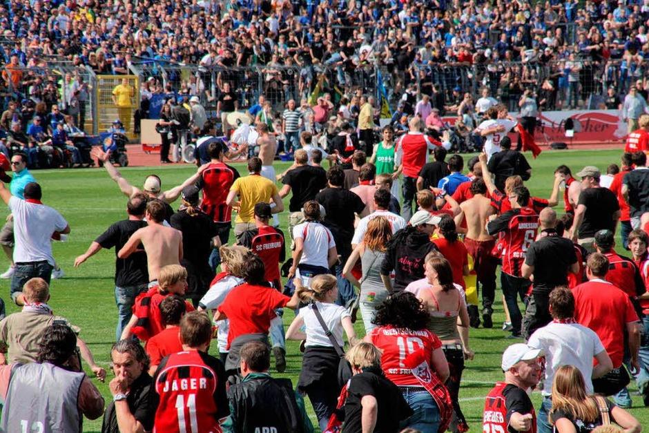 Nach dem Abpfiff in Koblenz: Die Aufstiegsparty auf dem Spielfeld. (Foto: Christoph Ries)