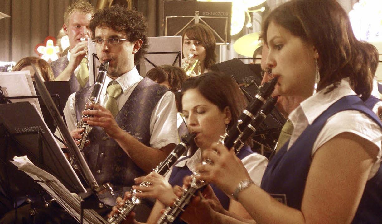 Der Musikverein Wolfenweiler-Schallsta...0 Musiker waren auf der Bühne vereint.  | Foto: Tina Lindemann