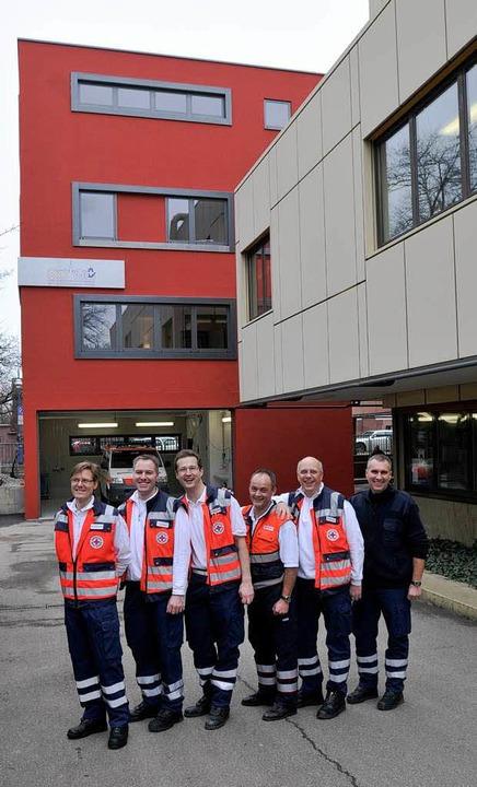 Die Freiburger Notärzte vor dem neuen Notarztturm des Josefskrankenhauses.  | Foto: Ingo Schneider
