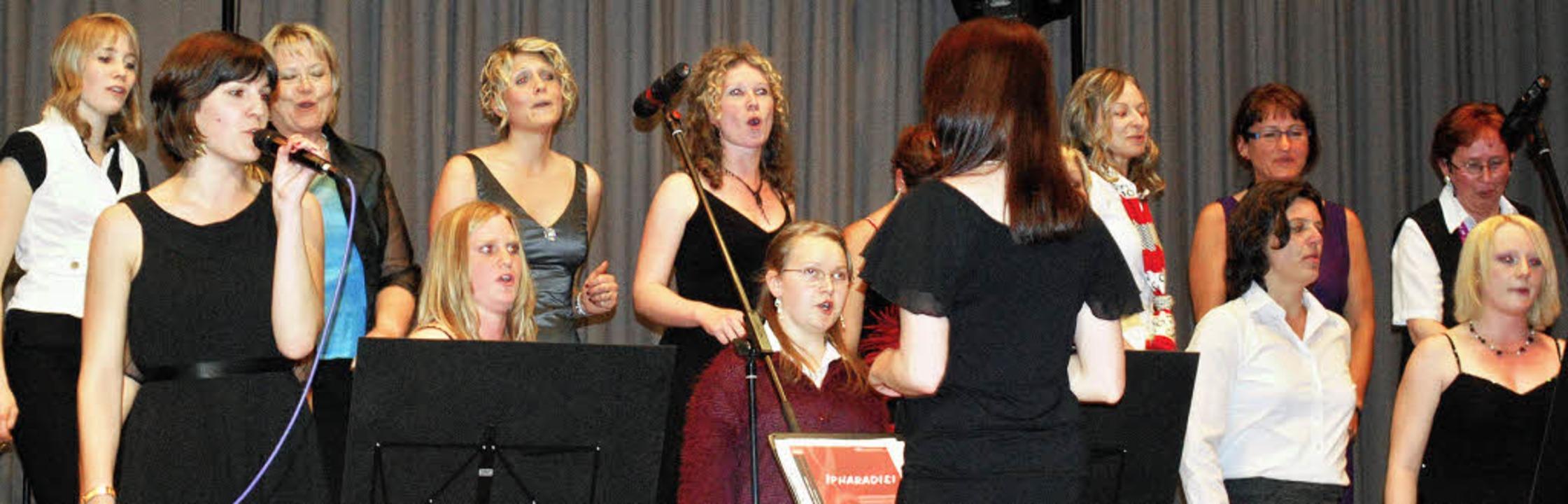 Die Solistin Marie Bossert (links mit ... begeisterte mit ihrer klaren Stimme.     Foto: Daniela Jarusel
